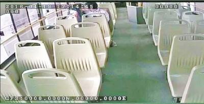 情侣公交上又躺又抱又摸 女乘客:不要脸(图)