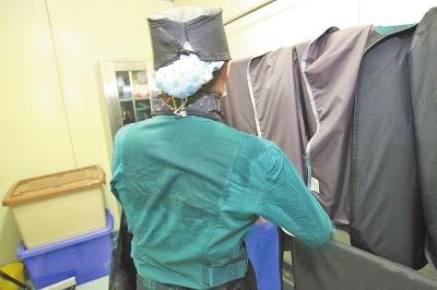 手术室护士穿40斤重铅衣 每天奔跑一万多步