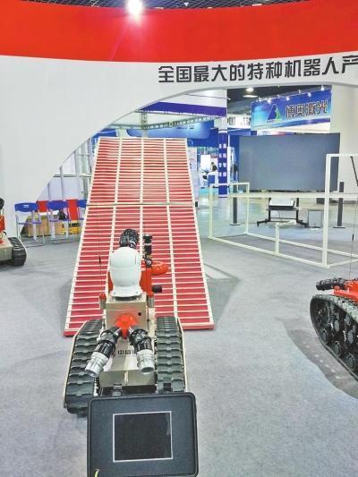 """洛阳上演豫版""""机器人总动员"""" 送餐、表演欢乐多"""