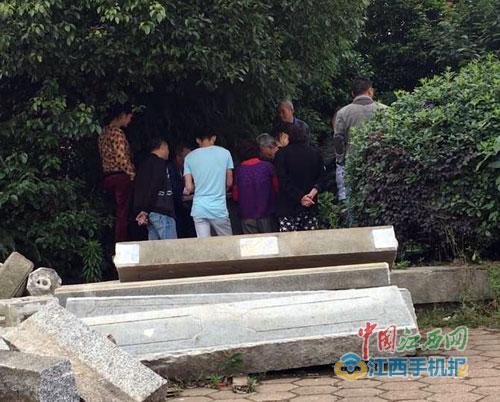 滕王阁南侧大门旁有人摆桌聚赌 影响南昌城市形象(图)