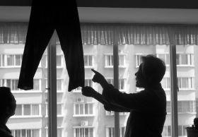 5月12日,湖南省地质矿产勘查开辟局四二队宗族区,辛奶奶猜忌在服装展销会上买到的那是本人客岁捐出的旧裤子。组图/记者华剑