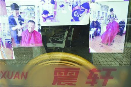 位于益江路上的震轩美发店大门紧锁,被暂停营业一周。