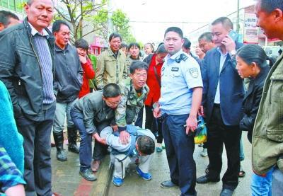 男子持玩具枪抢银行 副行长携友驱车追嫌犯
