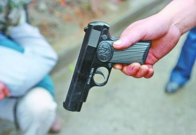 沙洋男子持玩具枪抢银行