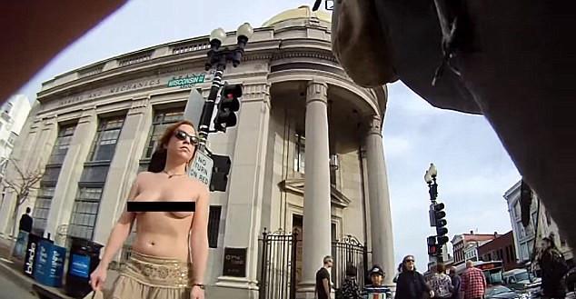 美国女子坚持裸胸3年 称赤裸上身会增强女性信心(图)