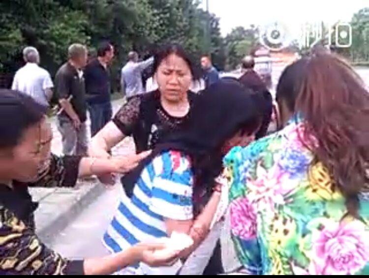 网传都江堰女学生被飞车抢劫砍伤 警方正调查(图)