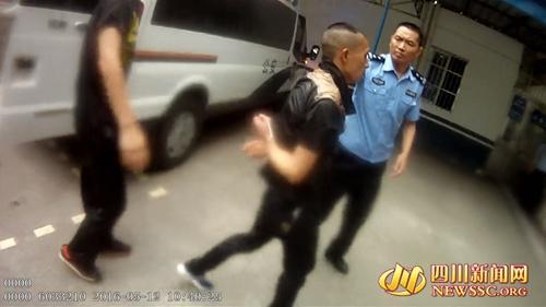 成都男子与家人争吵 在医院旁称要引爆煤气罐(图)
