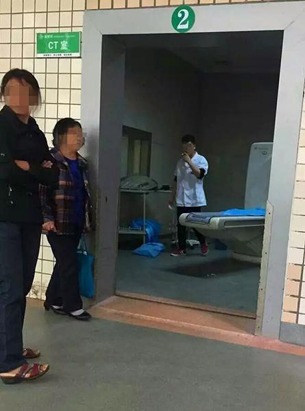 四川遂宁医生CT室内抽烟 医院:核实后罚款(图)
