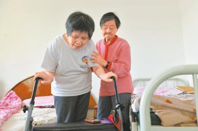 8旬婆婆照顾瘫痪儿媳24年摔伤 三兄弟接力照料(图)