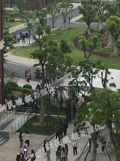 上海建桥学院一女学生晒被时十楼坠亡(图)