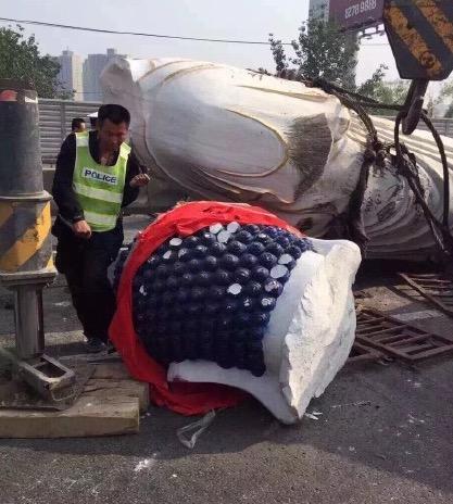 北京一货车侧翻 数十吨汉白玉佛像压扁小客车