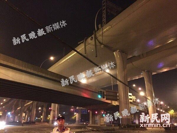 上海中环沪太路段高架开裂 疑重型车失控撞护栏