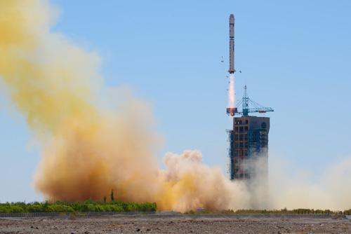 5月15日,搭载遥感卫星三十号的长征二号丁运载火箭升空。新华社发(汪江波摄)