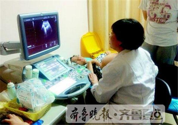 山东省千佛山医院曲素慧正在为一名孕妇做B超检查。 齐鲁壹点记者王小蒙摄