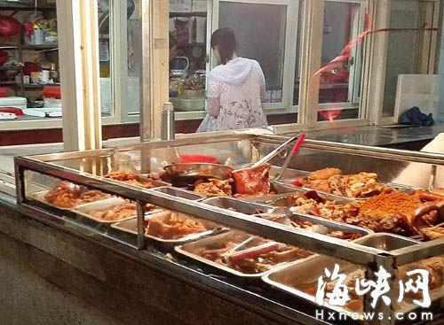 气温升高,商家制作的熟食易变质,应少吃慎吃