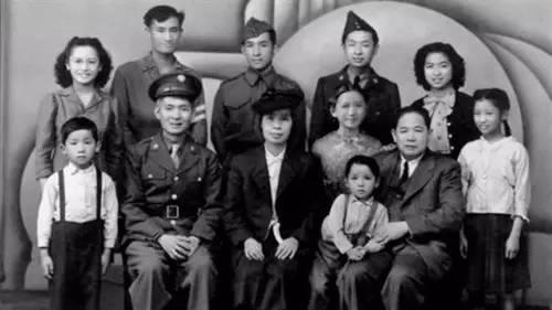 1946年,黄光大与妻子、妻弟和九个孩子。