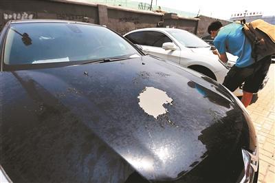 北京一停车场十余辆车被泼不明液体 警方介入调查