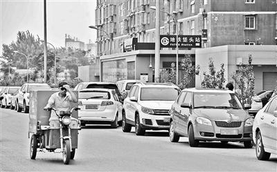 """北京垡头地铁站以西垡头路夜间变""""停车场"""" 主路停满几乎断路"""