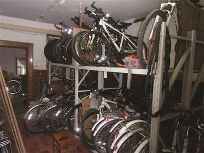 南京警方捣毁一倒卖自行车窝点 50平米藏69辆车