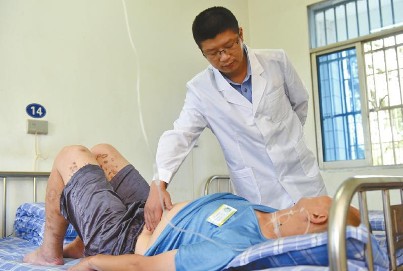 戒毒工作者为患艾滋戒毒者抽血输液处理伤口(图)