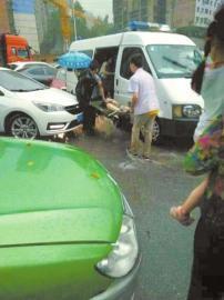 暴雨中牵太婆过马路 12岁小女孩被水流卷车底身亡