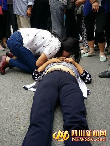 妇女遇车祸昏迷 陌生女孩人工呼吸救人不留名(图)