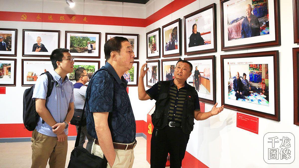 中国摄影家协会副主席罗更前观看老党员展览_0108-12