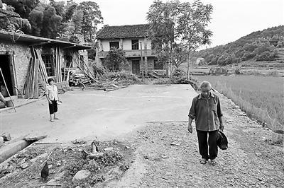 """一个农民向政府讨债28年:从""""万元户""""到一贫如洗"""