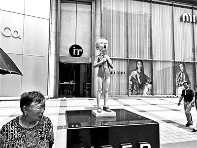 """北京多商圈摆大尺度雕塑 王府井半裸少年被摸""""私处"""""""