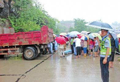 四川内江暴雨致车祸 群众撑伞营救被困司机(图)