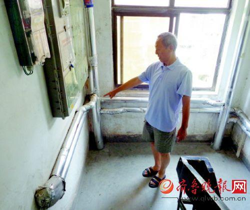 2号楼内客岁刚换了供暖管道。 本报记者 孟燕 摄