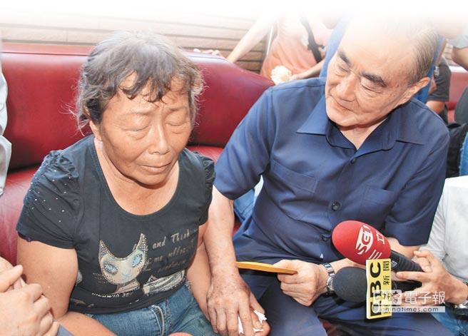 台当局防务主管部门负责人冯世宽(右)登门致歉,慰问黄的遗孀(左)