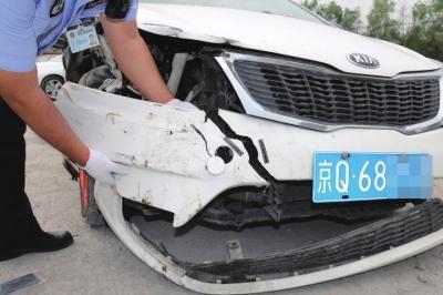 司机清晨酒驾撞上三轮后逃逸 一的哥记下肇事车号牌
