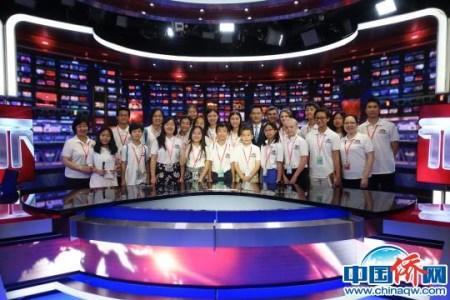 小记者们与中央电视台国际频道《大发一分pk10新闻》栏目主持人王洲交流、合影 张芸芸 摄