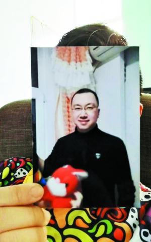 韩先生展示老同学的照片