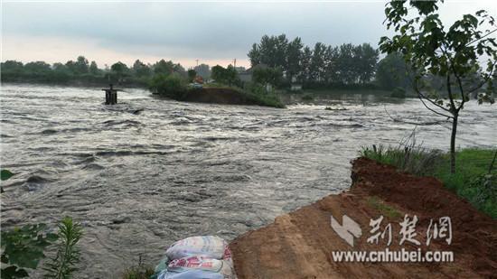 湖北黄梅县现80米长10米宽溃口 水深25米(图)