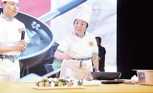 烹调巨匠王长华在现场制造面点。(法国《欧洲时报》/夏晓彤
