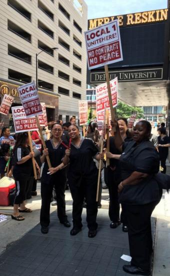 约有15位华侨房务清算员的芝加哥黑石旅店,日前在工会组织下,纷繁站进去与其余共事一同于饭馆前游行,争夺新的安康保障合约。(美国《国际日报》/黄惠玲