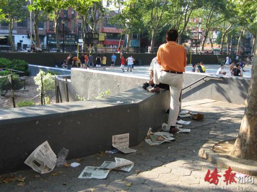 纽约华埠罗斯福公园报纸遍地。居民希望公园局加强管理,也呼吁一些人树立起公德心,共同维护公园环境。(美国《侨报》/李竑