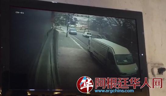 被害人那是开这辆红色货车分开市肆的(视频截图)。(阿根廷华人网)