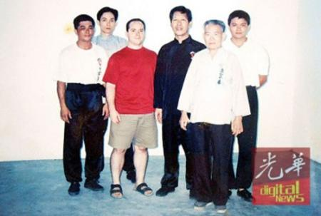 《凤眼拳功夫》作者Mark V.Wiley与师傅及师兄们合照。左3起为Mark V.Wiley及钟清龙。(马来西亚《光华日报》/骆炜芬 摄)