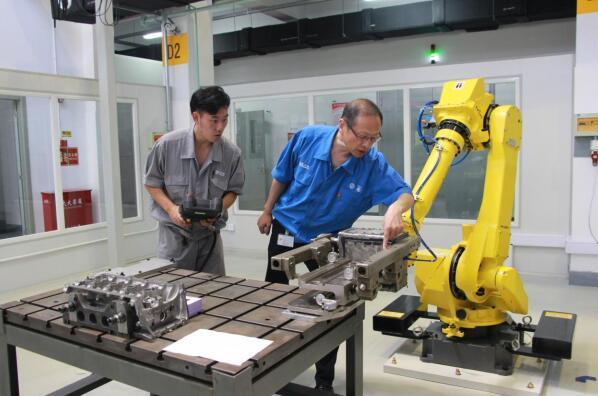 在机器人专业工作室,徐小平指导徒弟