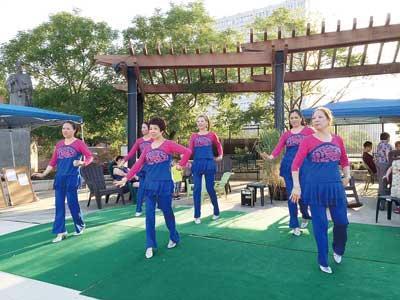 大费城福建同亲会属下安康跳舞队在十街广场大跳广场舞,博得很多路人逗留寓目并奉上掌声以示意激励。(美国《国际日报》)