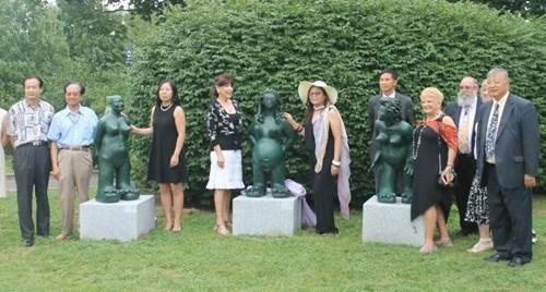 """众多嘉宾共同庆祝""""张温帙雕塑园""""落成一周年,左五为张温帙。(美国《世界日报》/朱蕾"""
