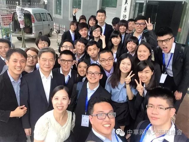 """国台办张志军主任与台湾青年""""自拍""""合影。"""