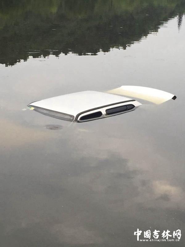 私家车坠湖