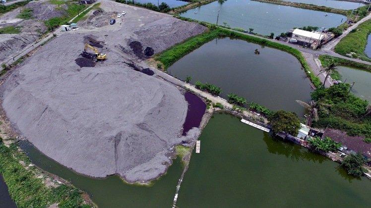 台湾环保社团爆料:焚化炉底渣含重金属全台流窜。(图片来源:台湾《联合报》)