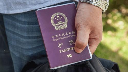 这名中国游客向德国当局上交了他的中国护照。(BBC中文网)