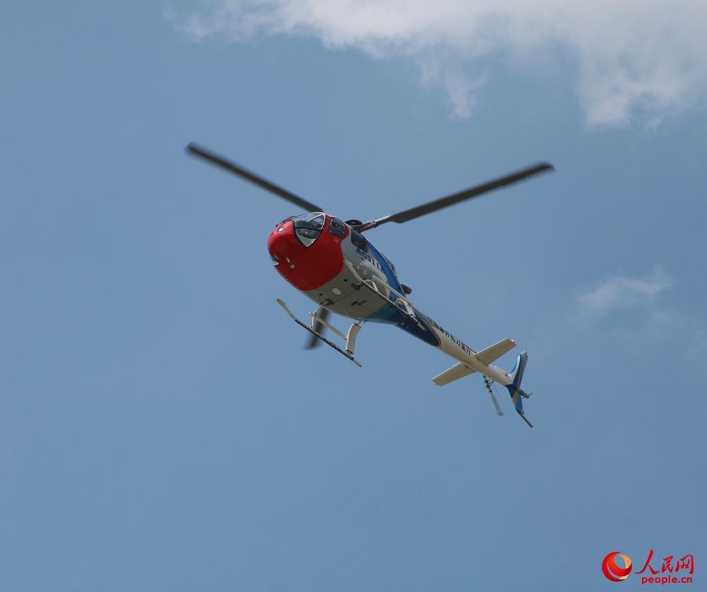 AC311A型直升机通场而过。邱越摄