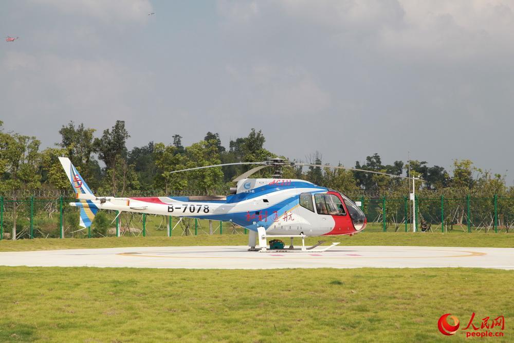 AC311A型直升灵活态展现。邱越摄